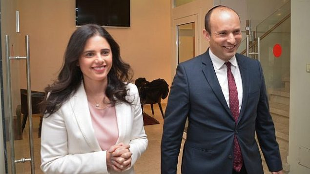 وزير التعليم نفتالي بينيت ووزيرة العدل ايليت شاكيد بعد مؤتمر صحفي في تل ابيب، 29 ديسمبر 2018 (Yossi Zeliger/Flash90)