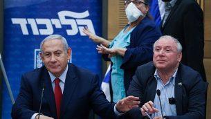 رئيس الوزراء بنيامين نتنياهو يتزعم اجتماعا لحزب الليكود في الكنيست في 24 كانون الأول / ديسمبر 2018، مؤكداً على إجراء انتخابات مبكرة. إلى جانبه قائد التحالف ديفيد (دودي) أمسالم. (Yonatan Sindel/FLASH90)