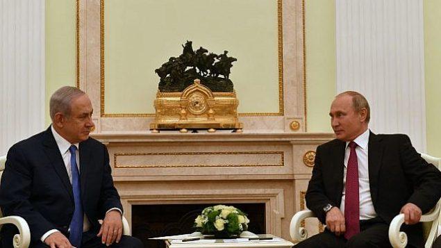 رئيس الوزراء بنيامين نتنياهو، إلى اليسار، يجتمع مع الرئيس الروسي فلاديمير بوتين في موسكو، 11 يوليو، 2018. (وزارة الخارجية الإسرائيلية)