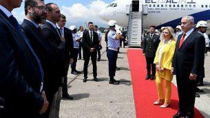 يشارك رئيس الوزراء بنيامين نتنياهو (إلى اليمين) وزوجته سارة في مراسم الترحيب لدى وصولهما إلى ريو دي جانيرو، البرازيل، في 28 ديسمبر 2018. من الثالث إلى اليسار البرلماني البرازيلي إدواردو بولسونارو، نجل الرئيس المنتخب جاير بولسونارو. (Avi Ohayon / GPO)