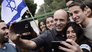 وزير التعليم نفتالي بينيت يلتقط صور ذاتية مع طلاب مدرسة بليخ الثانوية في مدينة رامات غان بوسط إسرائيل في 12 فبراير 2015. (Tomer Neuberg / Flash90)