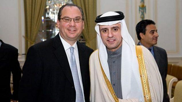 الحاخام مارك شناير (يسار) مع وزير الخارجية السعودي عادل الجبير (مؤسسة التفاهم العرقي)