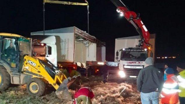 المستوطنون يثبتون منزلين متنقلين على قمة التل، حيث كان موقع عمونا الاستيطاني غير الشرعي في 13 ديسمبر 2018. (Bezalel Smotrich/Twitter)