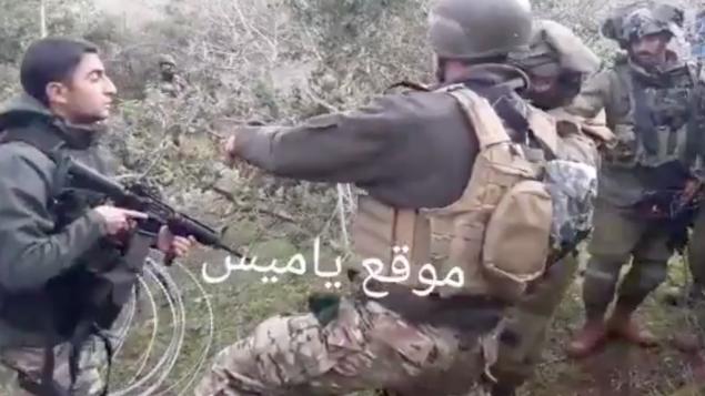 جنود اسرائيليون ولبنانيون يتشاجرون بعد وضع اسرائيل اسلاك شائكة بالقرب من الحدود بين البلدين، 17 ديسمبر 2018 (Screen capture/Twitter)