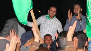 عاصم (من اليسار) وصالح (من اليمين) البرغوثي في مسيرة في كوبر بعد إطلاق سراح عاصم من السجن الإسرائيلي في أبريل 2018. (Screenshot: Twitter)