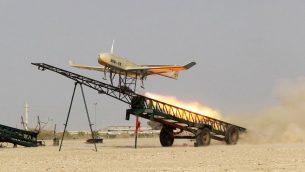 اطلاق طائرة مسيرة من صناعة إيرانية خلال تدريب عسكري، 25 ديسمبر 2014 (AP Photo/Jamejam Online, Chavosh Homavandi, File)