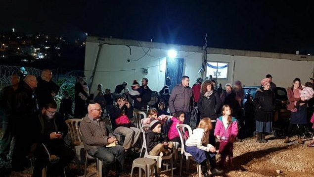 """مستوطنون من كريات أربع يحضرون احتفالا في موقع """"ميفاسر"""" الاستيطاني الذي تكريما للعائلات الأولى التي انتقلت إلى البؤرة الإستيطانية ردا على الموجة الأخيرة من الهجمات الفلسطينية في 16 ديسمبر / كانون الأول 2018.  (Kiryat Arba Hebron Local Council)"""