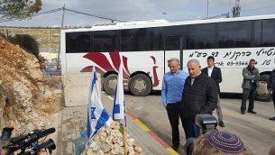 رئيس الوزراء بينيامين نتنياهو (من اليمين) في زيارة لمفرق غيفعات أساف ويرافقه رئيس المجلس المحلي لمستوطنة بيت إيل، شاي ألون، حيث قُتل جنديان إسرائيليان في هجوم إطلاق نار، 18 ديسمبر، 2018. (Beit El Local Council)