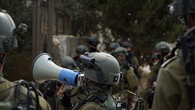 من الأرشيف: قوات إسرائيلية تشارك في عمليات في قرية الشويكة في شمال الضفة الغربية، في 7 أكتوبر، 2017، وسط عمليات بحث عن منفذ هجوم 'بركان'، أشرف نعالوة.  (Israel Defense Forces)