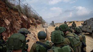 رئيس هيئة أركان الجيش الإسرائيلي غادي آيزنكوت، وسط الصورة، في زيارة لجنود يقمون بعمليات بحث عن أنفاق هجومية حفرتها منظمة حزب الله على الحدود الإسرائيلية-اللبنانية في 4 ديسمبر، 2018. (Israel Defense Forces)