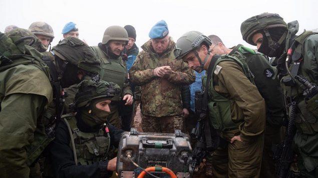 """جنود إسرائيليون يظهرون لقائد يونفيل الميجر جنرال ستيفانون ديل كول نفقا تابعا لمنظمة """"حزب الله"""" يمتد إلى داخل الأراضي الإسرائيلية من جنوب لبنان في 6 ديسمبر، 2018.  (Israel Defense Forces)"""