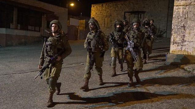 جنود اسرائيليون يبحثون عن مسلحين اطلقوا النار على محطة حافلات بالقرب من مستوطنة عوفرا في الضفة الغربية، 9 ديسمبر 2018 (Israel Defense Forces)
