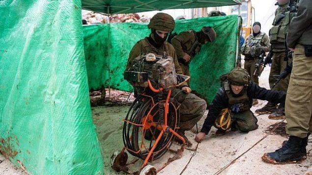 """الجيش الإسرائيلي يكشف عن نفق يمتد إلى داخل الأراضي الإسرائيلية من جنوب لبنان، تقول إسرائيل إن منظمة """"حزب الله"""" قامت بحفره، 11 ديسمبر، 2018. (Israel Defense Forces)"""