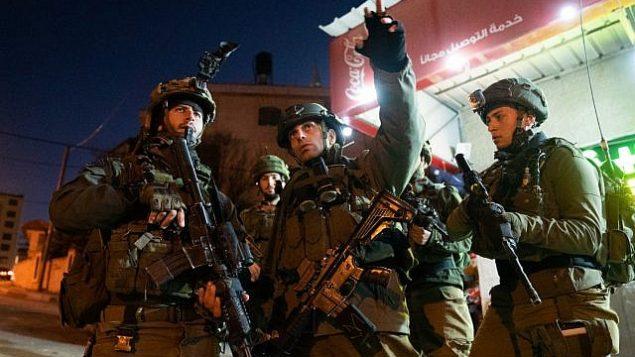 جنود إسرائيليون في عمليات بحث عن مسلحين فتحوا النار على محطة حافلات خارج مستوطنة عوفرا في الضفة الغربية، ما أسفر عن إصابة سبعة أشخاص، 9 ديسمير، 2018. (Israel Defense Forces)