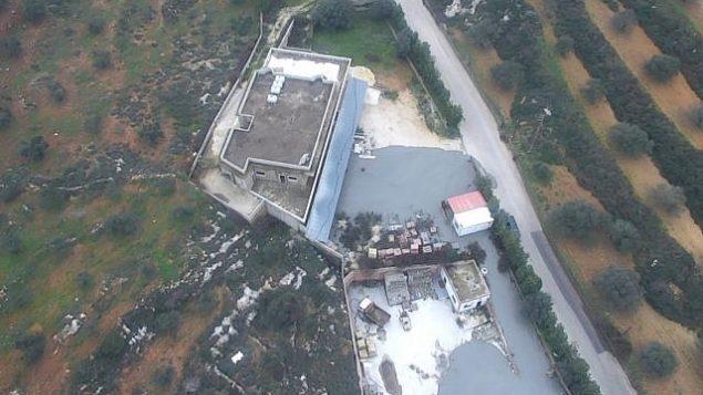 صورة نشرها الجيش الإسرائيلي في 27 ديسمبر 2018، تظهر سائل قال الجيش انه استخدمه لسد انفاق هجومية عابرة للحدود حفرها حزب الله، يخرج من مبنى مدني في قرية كفركلا في جنوب لبنان (IDF Spokesperson)