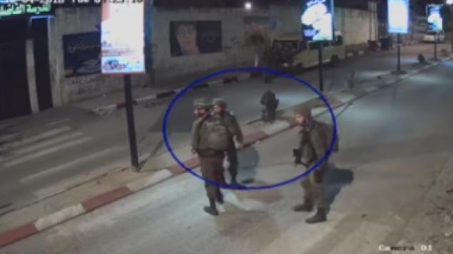 جنود إسرائيليون يظهرون وهم يسييرون في أحد شوارع طولكرم قبل لحظات من إطلاق النار على شاب فلسطيني يبلغ من العمر 22 عاما في 4 ديسمبر، 2018. (B'Tselem video screenshot)