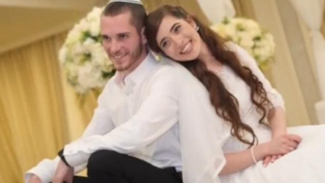عميحاي (من اليسار) وشيرا إيش-ران، اللذان أصيبا في هجوم وقع في 9 ديسمبر، 2018 خارج مستوطنة عوفرا في الضفة الغربية، في صورة من حفل زفافهما.  (Courtesy of the family)