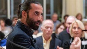مصعب حسن يوسف يتحدث في مؤتمر لأصدقاء نجمة داود الحمراء الأمريكية في فلوريدا ، ديسمبر 2018 (Courtesy)