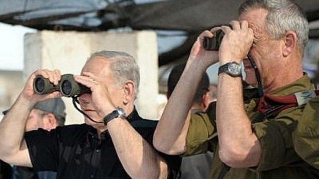 رئيس الوزراء بنيامين نتنياهو (إلى اليسار) ورئيس أركان الجيش الإسرائيلي بيني غانتس يراقب تدريبات عسكرية للواء غولاني العسكري في مرتفعات الجولان، 11 سبتمبر / أيلول 2012. (Avi Ohayon/GPO/Flash90)