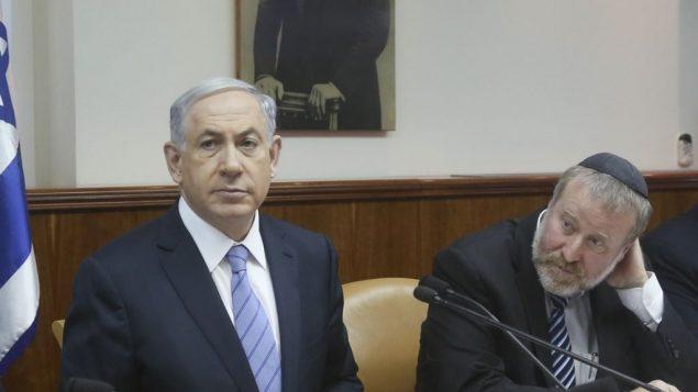 رئيس الوزراء بنيامين نتنياهو وافيخاي ماندلبليت خلال جلسة للحكومة، 4 يناير 2015 (Marc Israel Sellem/POOL/Flash90)