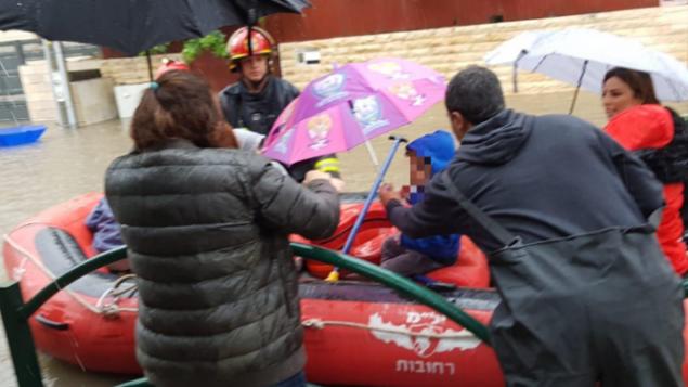 إنقاذ أطفال بواسطة قوارب مطاطية من روضة غمرتها مياه الفيضان في رحوفوت وسط أمطار غزيرة، 6 ديسمبر / كانون الأول 2018. (لقطة شاشة للقناة العاشرة)