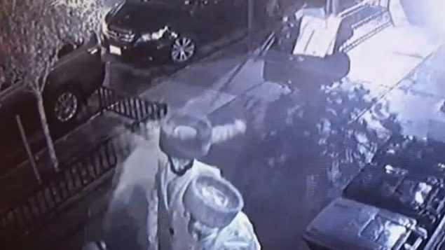 رجل يعتدي على رجل يهودي في حي ويلياسبورغ في بروكلين، 30 نوفمبر، 2018.  (Screen grab via NBC New York)