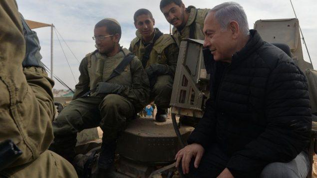 رئيس الوزراء بنيامين نتنياهو يلتقي بجنود خلال زيارة لقاعدة شيزافون العسكرية، 23 يناير 2019 (Kobi Gideon/GPO)