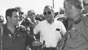 وزير الدفاع حينها موشيه ارينس (مركز)، يلتقي بنائب رئيس هيئة اركان الجيش حينها ايهود باراك ورئيس قيادة الجنوب في الجيس حينها يتسحاك موردخاي عام 1991 (Ofer Lafler/Israel Defense Forces/Defense Ministry's IDF Archive)