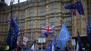 متظاهرون مؤيدون ومعارضون للبريكست يبدأون اليوم خارج مبنى البرلمان في 15 يناير، 2019 في وسط لندن في الوقت الذي يستعد فيه البرلمان للتصويت على الموافقة على أو رفض الاتفاق الذي توصله إليه حكومة رئيسة الوزراء تيريزا ماي مع الإتحاد الأوروبي.  ( Daniel LEAL-OLIVAS / AFP)