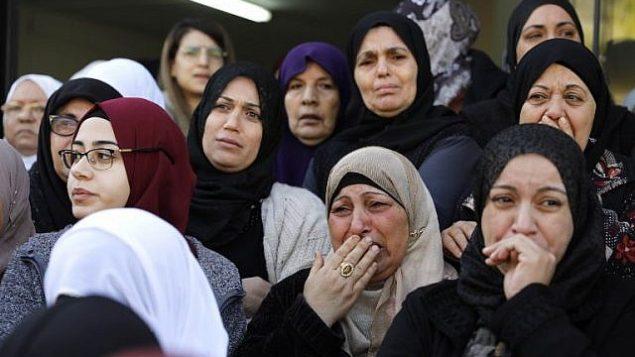 نساء يبكين في تشييع جثمان آية مصاروة في بلدة باقة الغربية، 23 يناير 2019 (Ahmad GHARABLI / AFP)