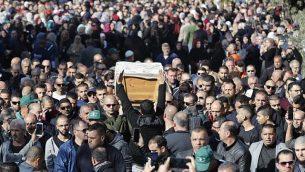 مشاركون في تشييع جثمان آية مصاروة في بلدة باقة الغربية، 23 يناير 2019 (Ahmad GHARABLI / AFP)