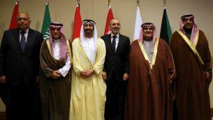 من اليسار: وزراء خارجية مصر، السعودية، الامارات، الاردن، البحرين، والكويت خلال لقاء لتابحث مسائل اقليمية في البحر الميت، الاردن، 31 يناير 2019 (KHALIL MAZRAAWI / AFP)