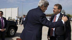 وزير الخارجية الأمريكي آنذاك جون كيري (إلى اليسار) يشكر السفير الأمريكي في إسرائيل دانيال شابيرو قبل أن يستقل طائرة أثناء مغادرته مطار بن غوريون بعد اجتماع مع رئيس الوزراء بنيامين نتنياهو ، الثلاثاء 1 أبريل 2014. (Jacquelyn Martin/AFP)