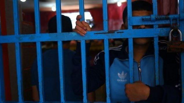 توضيحية: سجين وراء القضبان في سجن تابع لحركة حماس في مدينة غزة، 10 مايو، 2017. (AFP Photo/Mohammed Abed)