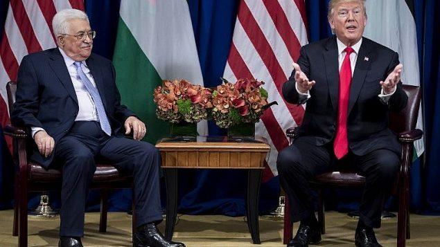 رئيس السلطة الفلسطينية محمود عباس (إلى اليسار) والرئيس الأمريكي دونالد ترامب في فندق بالاس خلال الدورة 72 للجمعية العامة للأمم المتحدة في 20 سبتمبر 2017، في نيويورك. (AFP/Brendan Smialowski)