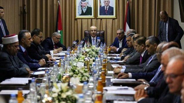 رئيس حكومة السلطة الفلسطينية، رامي الحمد الله (وسط الصورة)، يترأس جلسة حكومة المصالحة في مدينة غزة، 3 أكتوبر، 2017.  (MOHAMMED ABED / AFP)