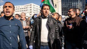 فلسطينيون يتظاهرو ضد الزيادة في الضرائب الحكومية في رام الله، الضفة الغربية، 12 ديسمبر، 2018. (Luke Tress/Times of Israel)