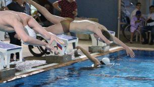 سباحون في مباريات السباحة البارالمبية الإسرائيلية في شتاء 2018، التي عقدت في مسبح الين في حيفا (Karen Isaacson, Israel Paralympic Committee Facebook page)