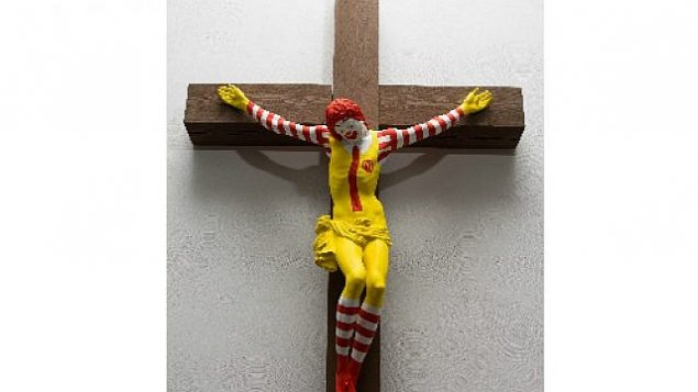 """مجسم """"ماك-يسوع"""" للفنان الفنلندي يان لينونين المعروض في متحف حيفا للفنون.  (Haifa Museum of Art)"""