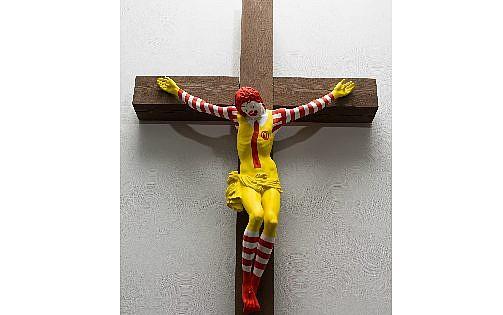 تمثال 'ماك-يسوع'، من صنع الفنان الفنلندي ياني لاينونين، المعروض في متحف حيفا (Haifa Museum)