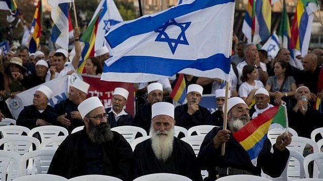 إسرائيليون من أبناء الطائفة الدرزية يشاركون في تظاهرة ضد قانون الدولة القومية الإسرائيلي، في تل أبيب، 4 ديسمبر، 2018. (AP Photo/Sebastian Scheiner)