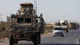 قافلة للقوات الأمريكية تسير على طريق مؤد إلى خط المواجهة الأمامي مع مقاتلين مدعومين من تركيا في شمال سوريا، 31 مارس، 2018. (AP Photo/Hussein Malla, File)