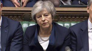 رئيسة الوزراء البريطانية تيريزا ماي تصغي إلى كلمة يلقيها قائد حزب 'العمال'، جيريمي كوربين، بعد خسارة التصويت على اتفاق البريكست، في مجلس العموم في لندن، الثلاثاء، 15 يناير، 2019. (House of Commons/PA via AP)