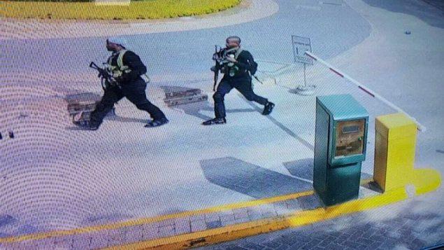 صورة شاشة من تصوير كاميرات مراقبة تظهر مسلحين داخل فندق في نيروبي، كينيا، 15 يناير 2019 (Security Camera Footage via AP)