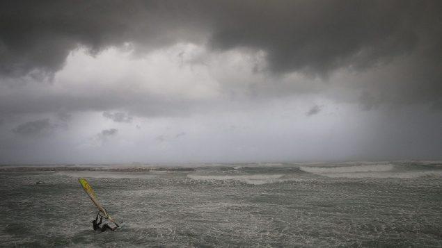 راكب امواج البحر الابيض المتوسط في تل ابيب، 16 يناير 2019 (AP Photo/Oded Balilty)