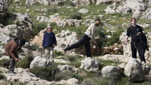 صورة توضيحية: مستوطنون يهود يرشقون الحجارة في الضفة الغربية، 12 مارس 2011 (AP Photo/Nasser Ishtayeh)