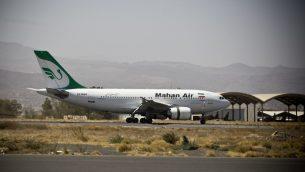 طائرة تابعة لشركة 'ماهان اير' الإيرانية تهبط في مطار صنعاء الدولي في اليمن، 1 مارس 2015 (Hani Mohammed/AP)