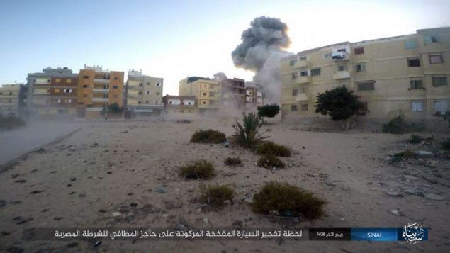صورة نشرها تنظيم الدولة الإسلامية في سيناء في 11 يناير 2017، تظهر انفجار خلال هجوم ضد حاجز شرطة مصرية وقع في العريش، شمال سيناء، في 9 يناير 2017 (Islamic State Group in Sinai/AP)