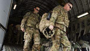 في هذه الصورة التي زودها سلاح الجو الأمريكي، طائرة 'سي-17 غلوب ماستر 3'،  المخصصة ل'سرب الجسر الجوي ال816'، تقوم بتنفيذ عمليات نقل جوي للقوات الأمريكية وقوات التحالف في العراق وسوريا في 13 أبريل، 2018.  (Tech. Sgt. Gregory Brook, US Air Force via AP)