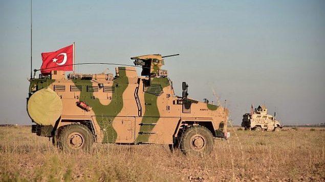 في هذه الصورة من 1 نوفمبر 2018، تقوم القوات التركية والأمريكية بدوريات مشتركة حول بلدة منبج السورية، كجزء من اتفاق يهدف إلى تخفيف حدة التوتر بين حليفتي الناتو. (Turkish Defence Ministry via AP, Pool)